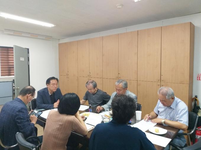 27일 오전 (사)경기인터넷언론인협회 운영위원들이 회의를 하고 있다.